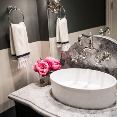 7 Professional Tips To Beautify Your Small Bathroom Design FEATURED