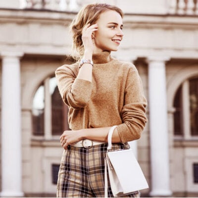 girl-beige-outfit-outside building-autumn-featured